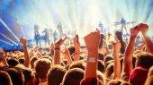 Az emberek élvezik a fesztivál koncert