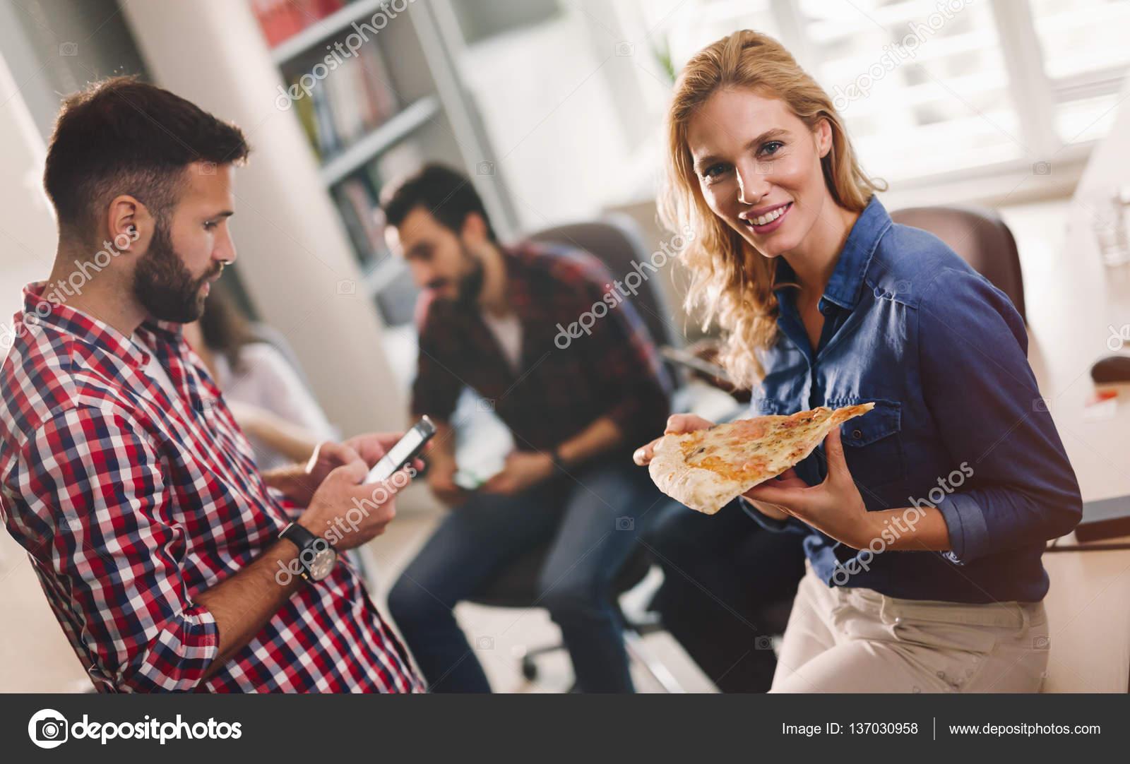Kollegen Essen Pizza Wahrend Der Pause Im Buro Stockfoto C Nd3000