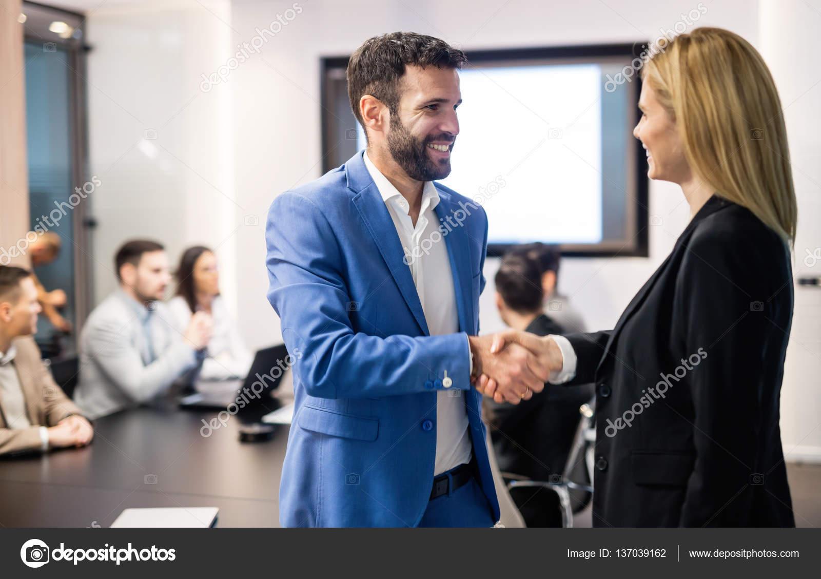Geschäftsvereinbarung Menschen während der Vorstandssitzung ...
