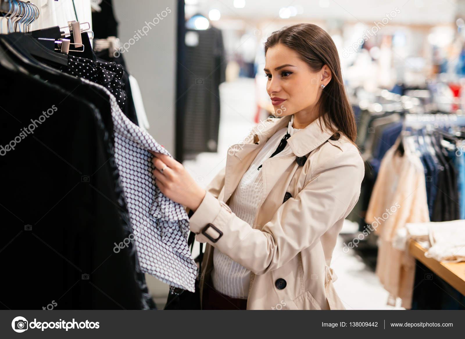 8e7820cf336a Hermosa mujer compra ropa — Foto de stock © nd3000 #138009442