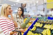 Fényképek Gyönyörű nők vásárlás zöldségek és gyümölcsök