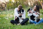 Fényképek Gyönyörű pár séta kutyák
