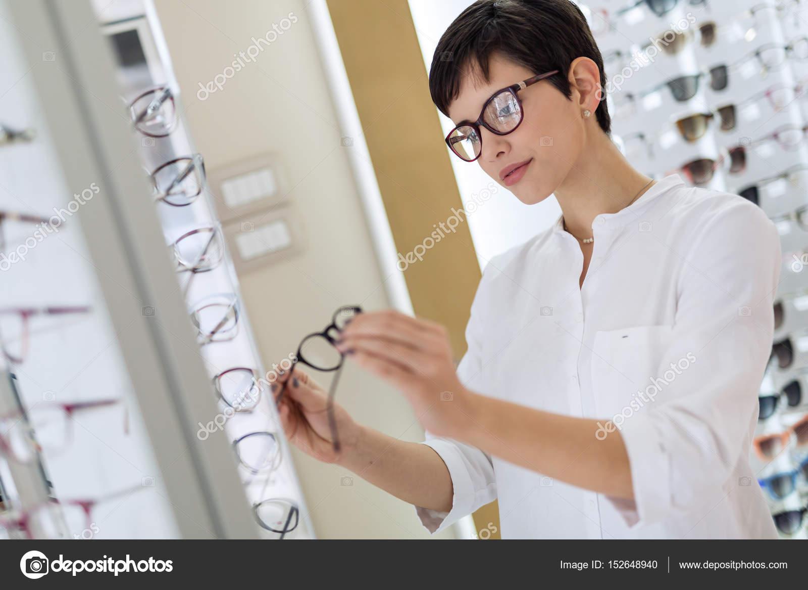 e0e8efc04b7f2f Vrouw kiezen nieuwe bril — Stockfoto © nd3000  152648940