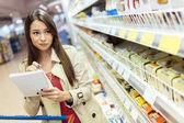 Fényképek Vásárlás a szupermarketben, a gyönyörű nő