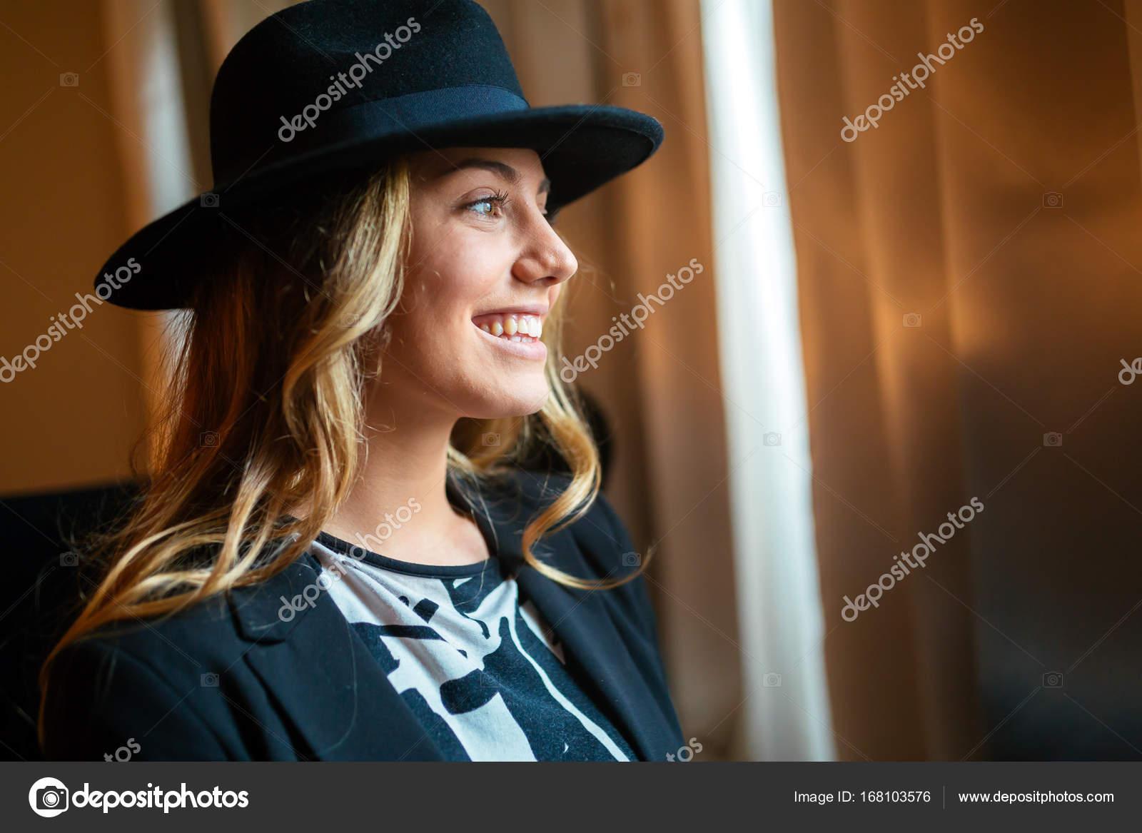 Retrato de una mujer alegre con un sombrero - como usar sombrero de mujer —  Foto de nd3000 — Foto de nd3000 06b551f36c2