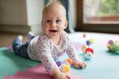 Dítě batole hraje barevné hračky