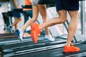 Fotografie Bild von Menschen, die auf Laufband im Fitnessstudio