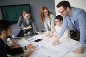 Spolupráce a analýzy podnikatelé pracující v obchodní kanceláři