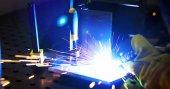Svary dělník v továrně pracuje v odvětví kovů