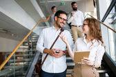 Úspěšná společnost s šťastní zaměstnanci v moderní kanceláři