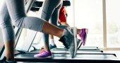 Fotografie Bild von Menschen, die Cardio-Training auf Laufband im Fitness-Studio