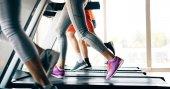 Bild von Menschen, die Cardio-Training auf dem Laufband im Fitnessstudio