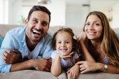 Fényképek Boldog család együtt a otthon tévénézés