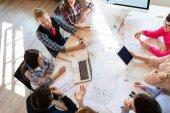 Skupina architektů a podnikatelé pracují společně a brainstorming