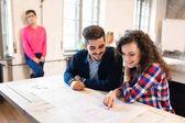 Happy kreativní spolupracovníky v kanceláří