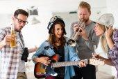 Šťastné skupina mladých přátel pro zábavu a párty hudbu
