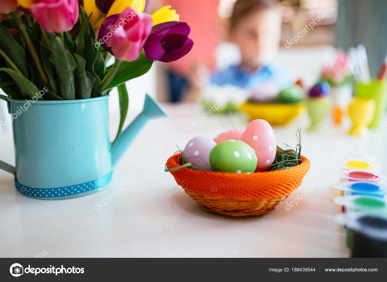 Concept de décoration de Pâques, la peinture des oeufs de Pâques\u2013 images de  stock libres de droits