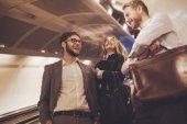 Podnikatelé, čekání na dopravu podzemních drah