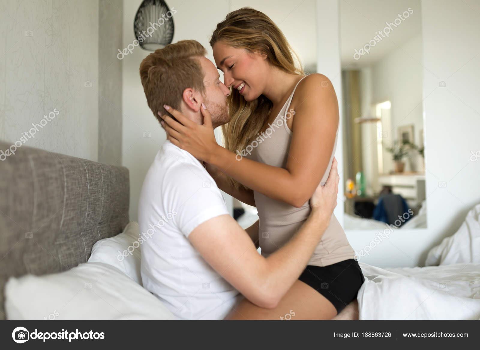 Страстная блондинка с мужем в постели