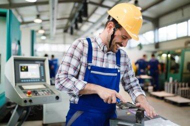 metal İmalat sektöründe endüstriyel fabrika işçisi