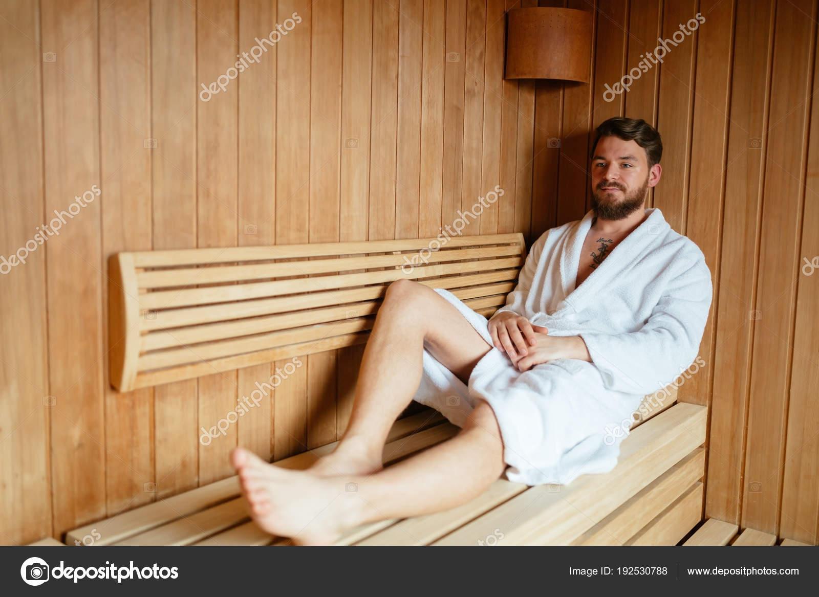 Hubscher Mann Der Sauna Entspannen Und Gesund Bleiben Stockfoto