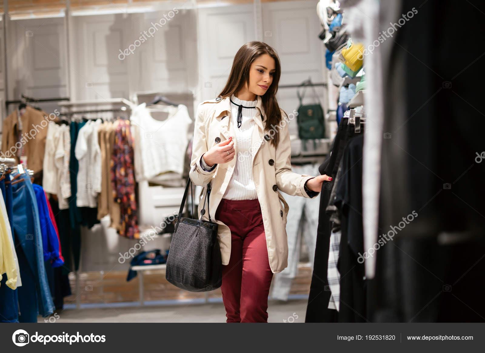 Bella Donna Shopping Vestiti Alla Moda — Foto Stock © nd3000  192531820 b6e60d27420
