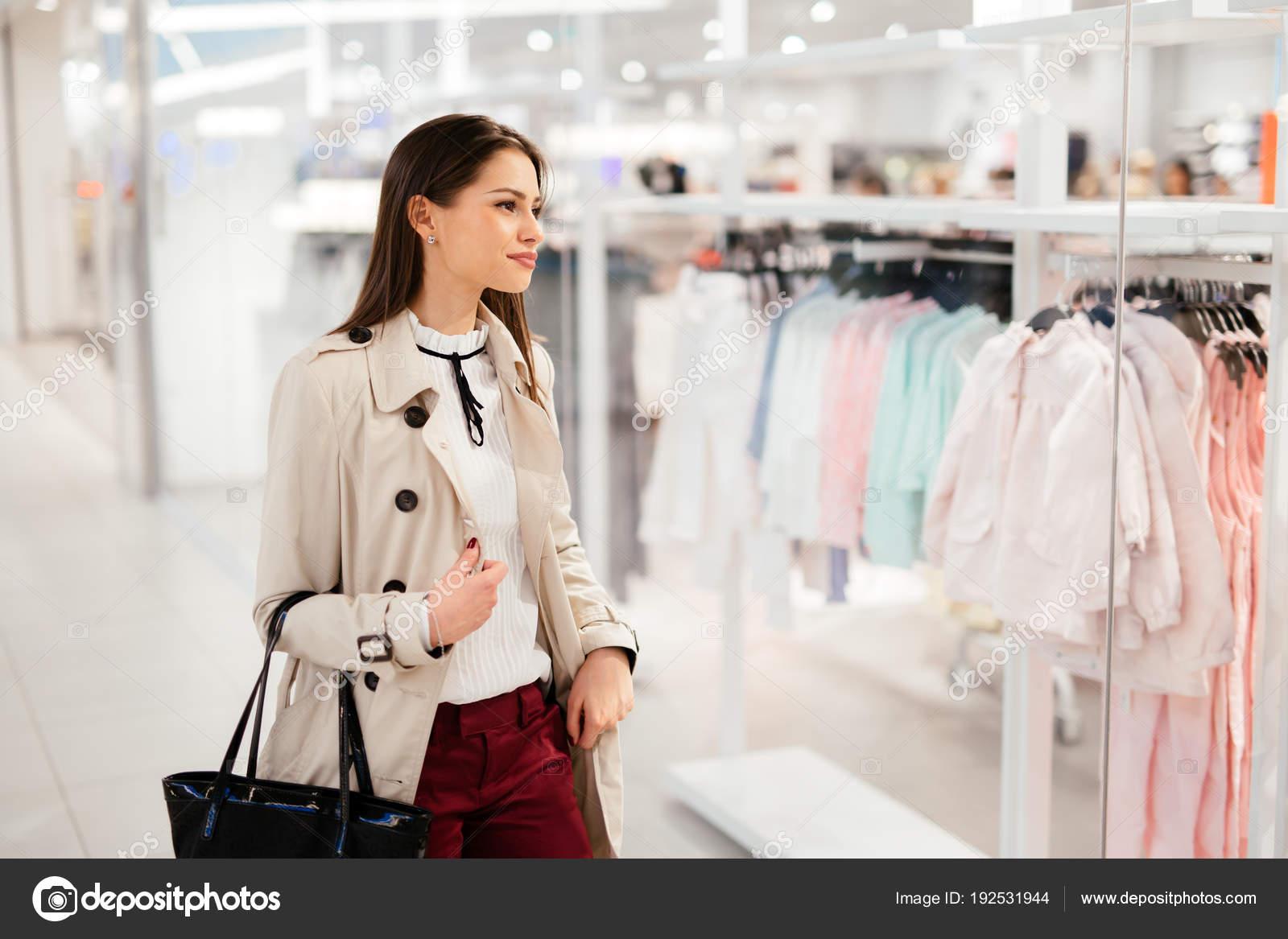 Bella Donna Shopping Vestiti Alla Moda — Foto Stock © nd3000  192531944 a4cdae7708e