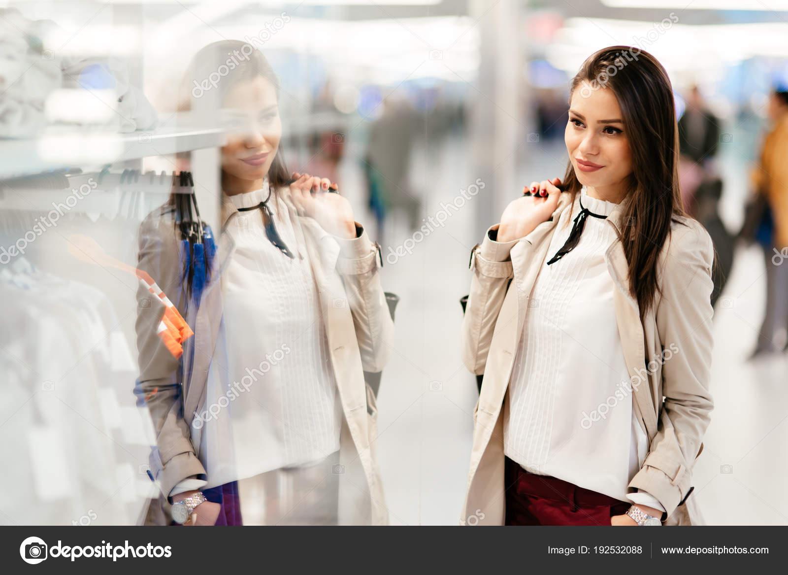 Bella Donna Shopping Vestiti Alla Moda — Foto Stock © nd3000  192532088 1266a6fc36e