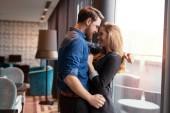 Romantický krásný pár sdílení skutečné emoce a štěstí
