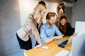 Businesspeople, lavorando in ufficio moderno e collaborando