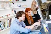 Obchodní lidé spolupracují v úřadu a spolupracovat na projektu
