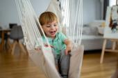 Portré boldog gyermek kisfiúról, aki otthon mosolyog