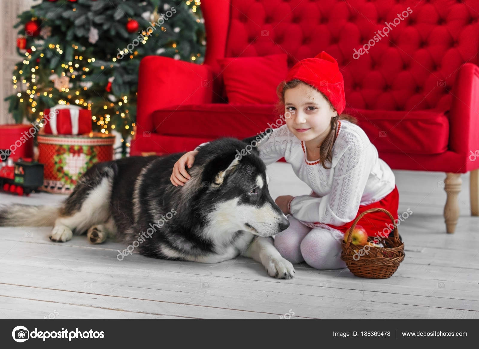 Bambino Costume Cappuccetto Rosso Con Grosso Cane Foto Stock