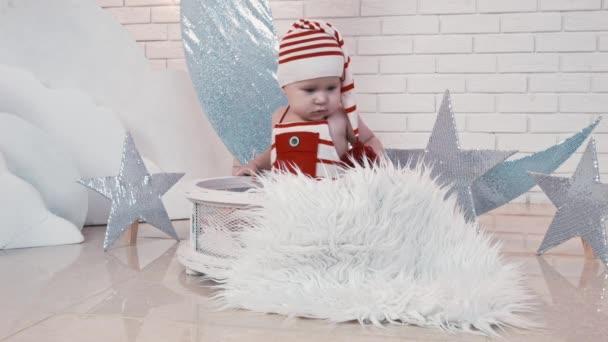 Weihnachtskind spielen, sich freuen