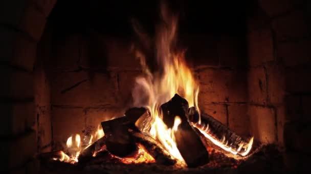 oheň v krbu. closeup dřevo hoří v ohni
