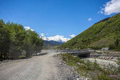 Ponte sul fiume Inguri a Mestia, splendide montagne di sva