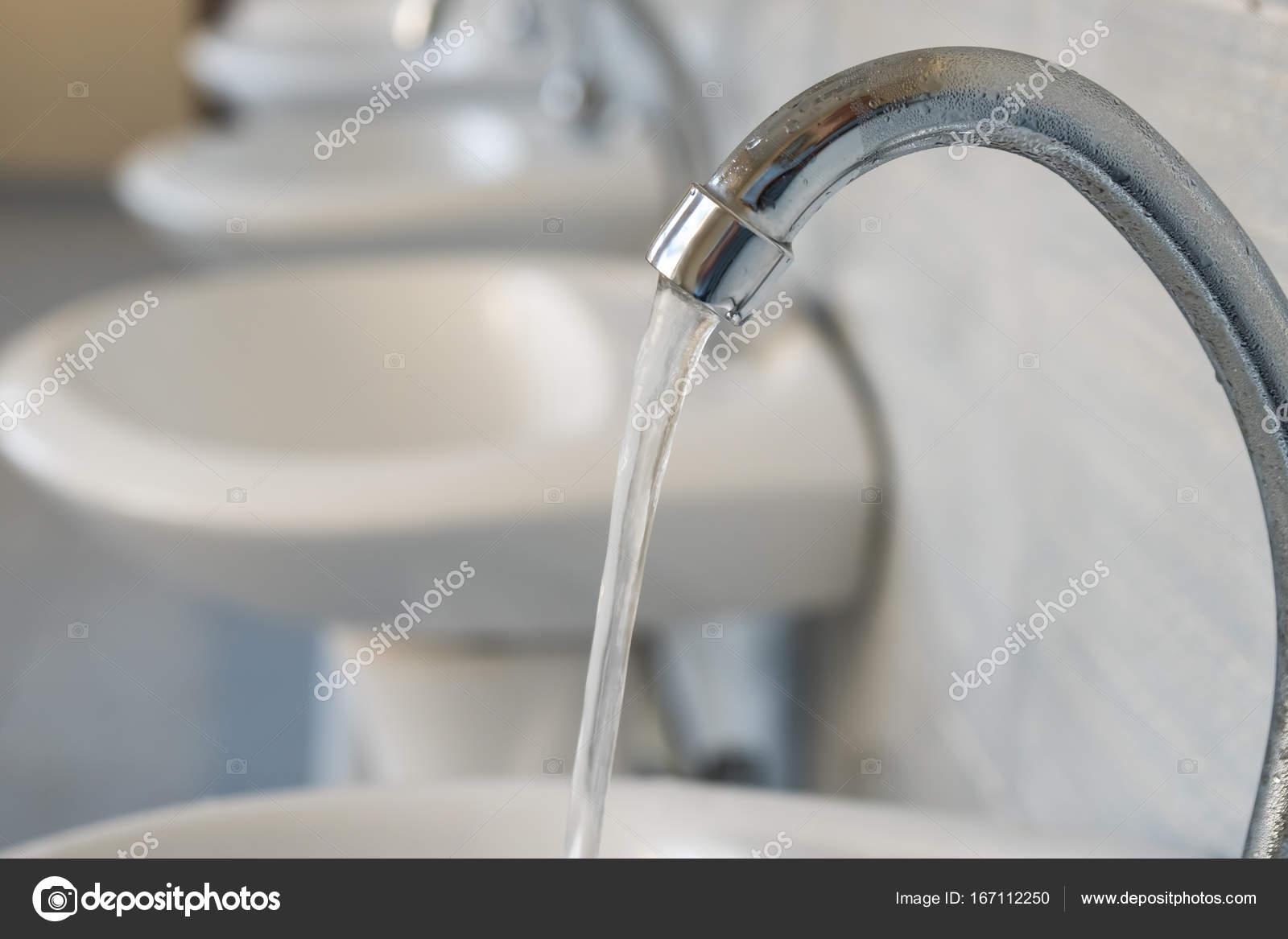 Acqua pubblica rubinetti nel bagno della scuola — Foto Stock ...