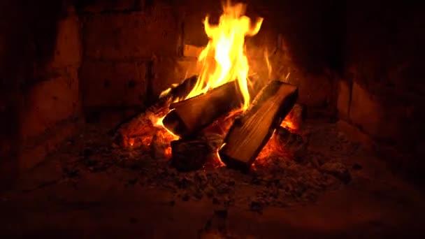 Oheň hoří v krbu, oheň se zahřívá