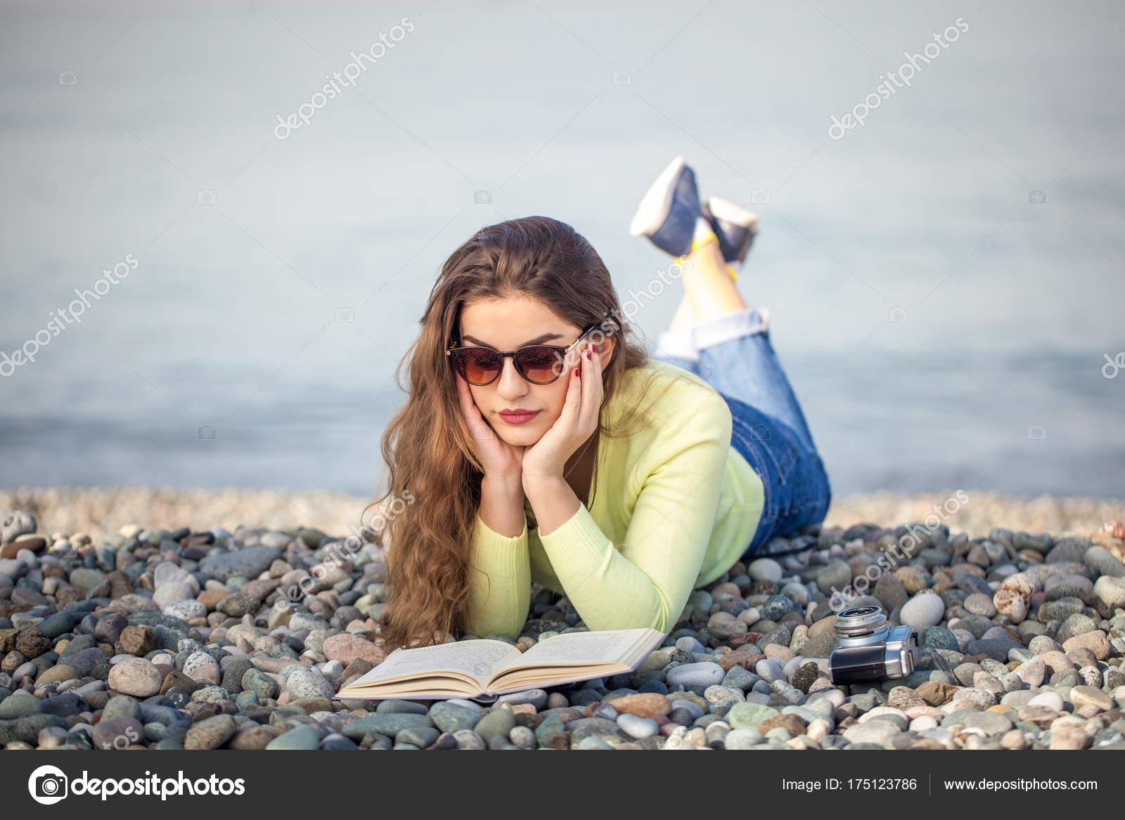 sch nes m dchen ist ein buch am strand lesen stockfoto samurkas 175123786. Black Bedroom Furniture Sets. Home Design Ideas