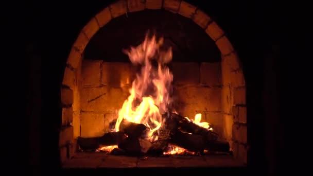 Oheň hoří v krbu oheň zahřeje