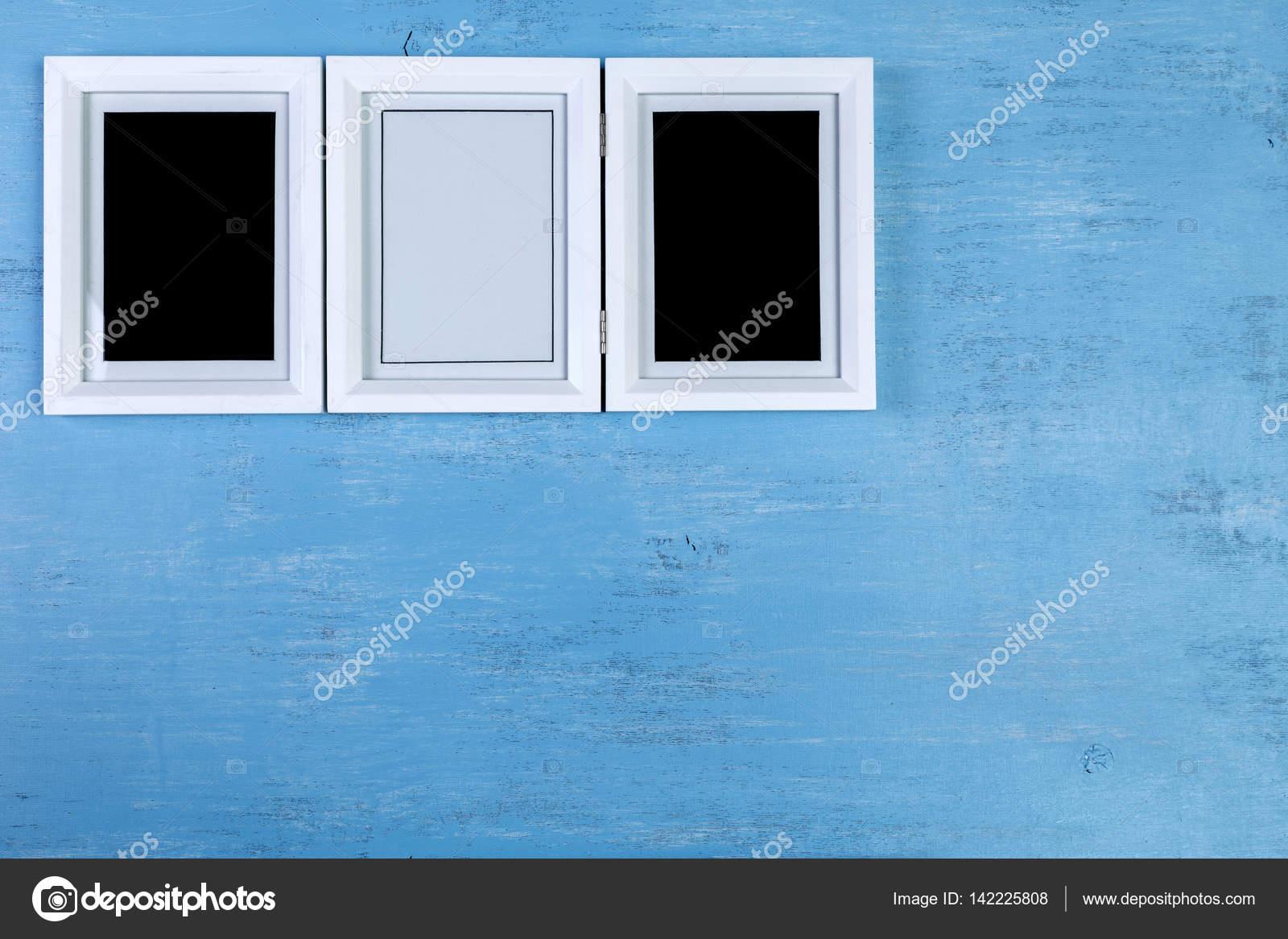 Marcos en blanco sobre fondo azul de madera — Fotos de Stock ...