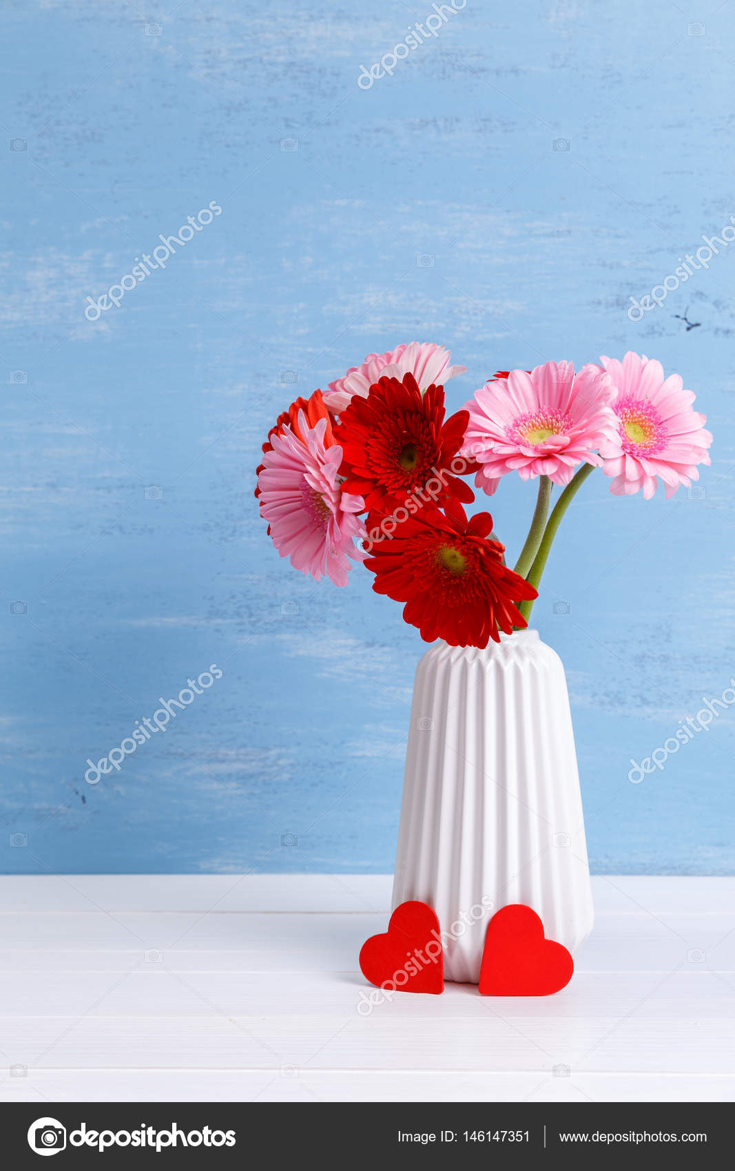 gerbera blumen in vase auf h lzernen hintergrund stockfoto tanyastock 146147351. Black Bedroom Furniture Sets. Home Design Ideas