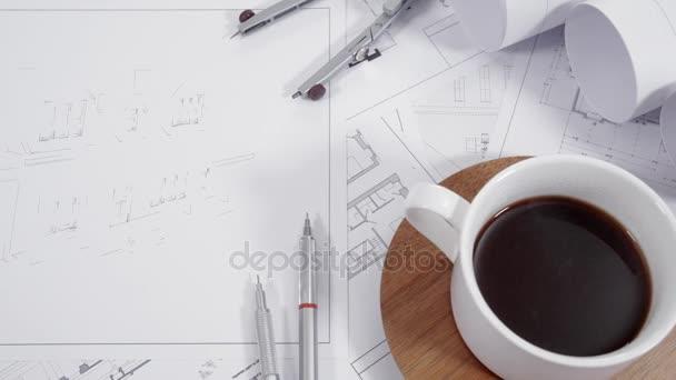 Nahaufnahme von Architekturzeichnungen auf dem Tisch