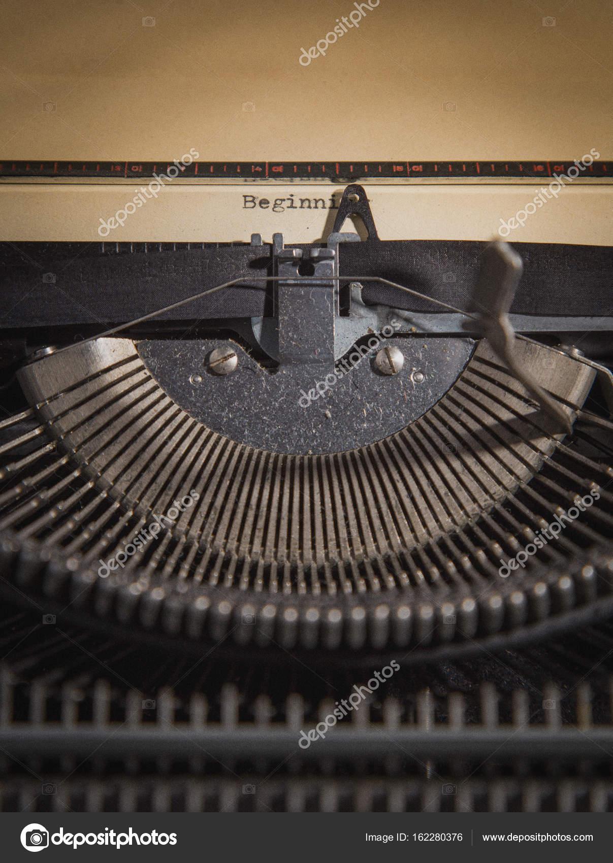 Máquina de escribir con la hoja de papel. Comienzo de nuevo parte de ...