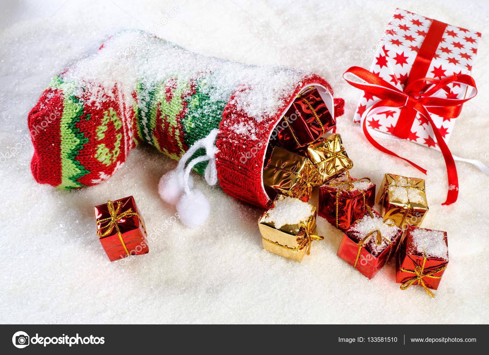 Bunten Weihnachts-Strumpf und viele Geschenke — Stockfoto ...