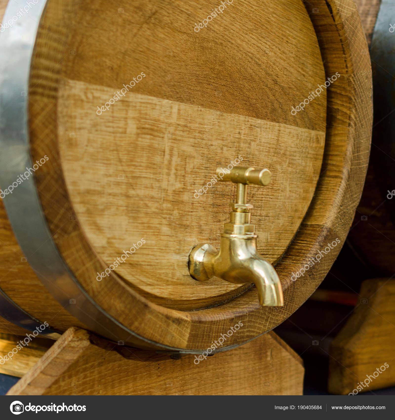 Tonneaux En Bois Pour Le Vin Avec Un Robinet En Metal Jaune