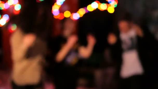 Jó buli. Baráti társaság pihentető, tánc és szórakozás nightclub vagy zenei koncert. Absztrakt disszidált háttér. Homályos mozgás.