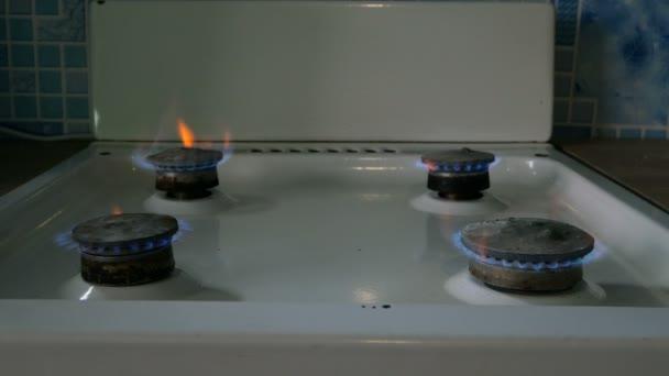 Spalování zemního plynu. Oheň ze starého hořáku na topení, v kuchyni pro vaření s plameny propan nebo spalování metanu. Střední plán.