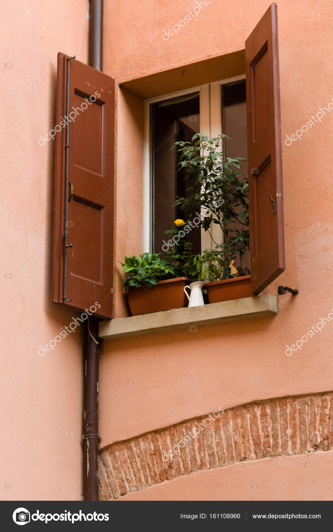 bologna haus fenster geschm ckt mit blumentopf und. Black Bedroom Furniture Sets. Home Design Ideas