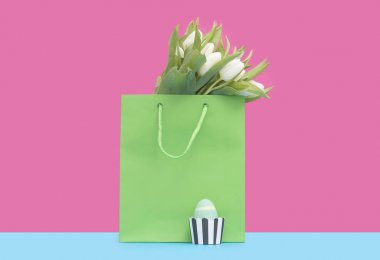 Shopping bag with tulips and easter egg